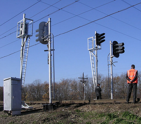 Трехзначная сигнализация на ЖД посредством трехзначных светофоров